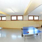 Tischtennis und Drehfußball im Freizeitraum des Berghofs