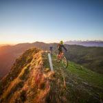 Zwei Biker im Gebirge
