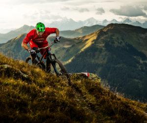 Ein Bikefahrer im Gebirge