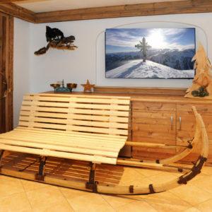Urige Holzbank im Rezeptionsbereich des Berghofs
