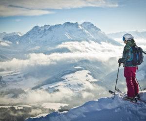 Winterlandschaft mit Skifahrer im Vordergrund