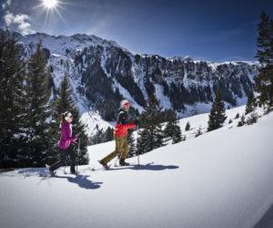 Zwei Schneeschuh Wanderer in der Winterlandschaft von Saalbach Hinterglemm