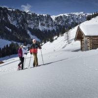 Zwei Schneeschuhwanderer in der Saalbacher Winterlandschaft