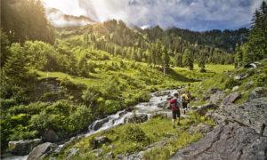 Eine Wandergruppe im Gebirge von Saalbach Hinterglemm