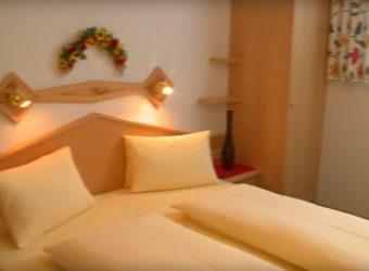 Ein Bett im Landhaus Gensbichler